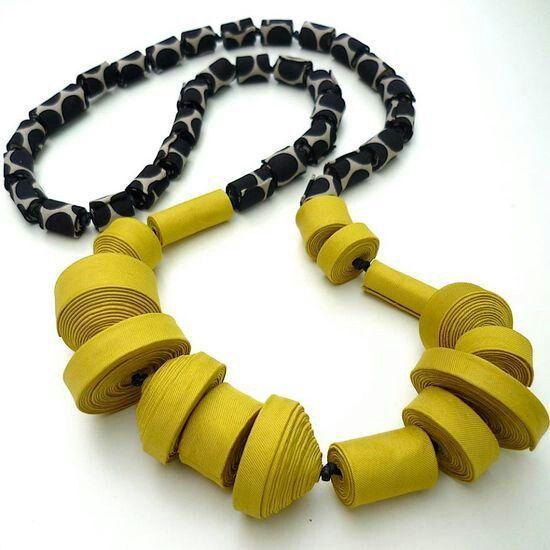 Collana di carta gialla