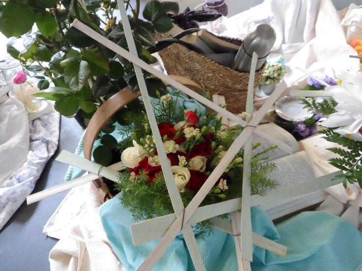 Bouquet con Rosas, Ranúnculos y Dianthus, dentro de cesta de picnic!