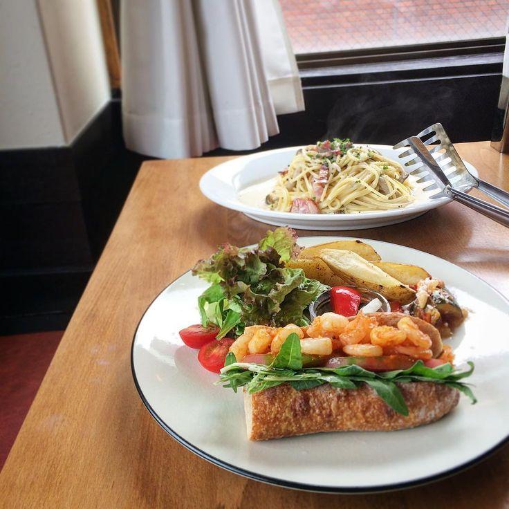 2016.9.22. 雨降り祝日のお出かけのはじまりは…週替わりのランチを食べに。 *小海老とルッコラのバゲットサンド(¥1080ドリンク付) ポテト、サラダ、ラタトゥイユ、ピクルスも付いたプレート。 ブレッフィーストアのバゲット使用のサンドイッチ(o^^o) うんまい♪ *厚切りベーコンとキノコのクリームスパゲティ(¥1250サラダ、ドリンク付) これは大盛り(+¥200) パスタも美味しい〜♪ .........  #ALLEERESTAURANT   #アレイレストラン   #鷹匠   #静岡ランチ   #ランチ