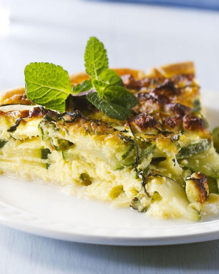 Poepsimpel en met een minimum aan ingrediënten is deze heerlijke quiche met courgette en feta. Lekker afgewerkt met munt.