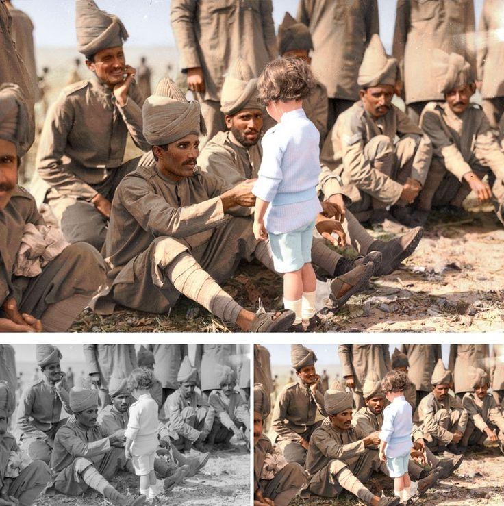 인도 군인들에게 자신을 소개하고 있는 프랑스 소년