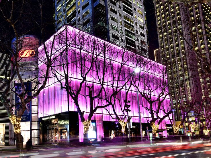 It isn't easy to stand out from the crowd. Thanks to its illuminated #originalplexiglas #facade, the new Victoria's Secret #flagshipstore is hard to miss – even in Shanghai's #urban #jungle #plexiglas #evonikplexiglas #acrylic #fashion #vs #victoriasecret #model