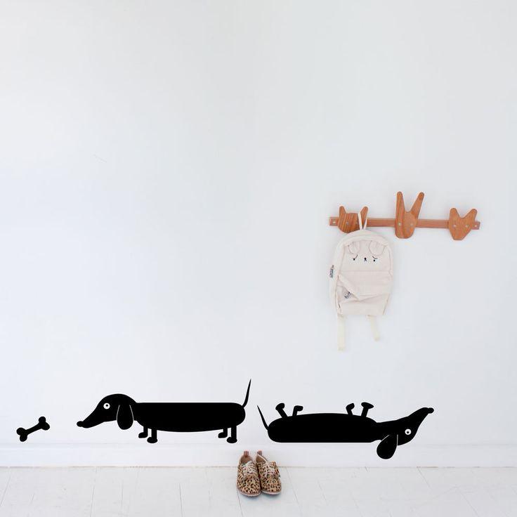 Deze grappige hond met korte poten heeft een thuis nodig! Deze set van twee worst honden toegepast op uw muur zal iedereen glimlach maken! Dit pack bevat: 2 honden bij de worst, 54cm lang (21.3 inch) 1 bot hoe toe te passen instructies Verkrijgbaar in elke kleur in het palet: Let op: uw kleurkeuze in bericht aan de verkoper bij de kassa. Als geen kleur wordt gekozen, zal zwart standaard worden verzonden. Gelieve te lezen ons beleid-sectie voor meer informatie over het product. OPMERKING: ...