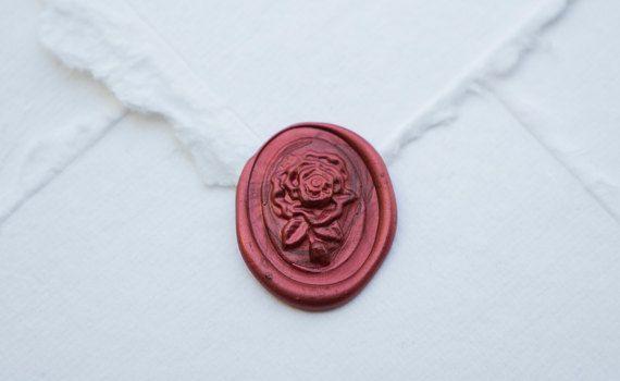 Blume Wachssiegel. Probe in Red Pearl gezeigt. Ich bin nicht wirklich sicher, was diese Art von Blume ist, aber ich denke, es ist hübsch.  Höhe: 1,25 Zoll Breite: 1 Zoll  Jeder einzelne Siegel, die ich anbieten wird individuell von mir und alles von hand gemacht. Ich verwende echte Wachs und nur echte Wachs. Viele Orte, die anbieten, dass Dichtungen verwenden, was heißt faux Wachs. Dies ist in der Regel farbig Heißkleber oder irgendeine Form von Kunststoff. Ich habe mit ihm vor dem…