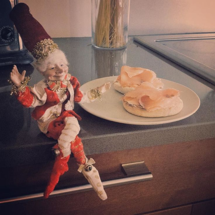 Lunch in good company / diner en bonne companie #christmas #elfontheshelf #smokedsalmon #miam by ely_photo1
