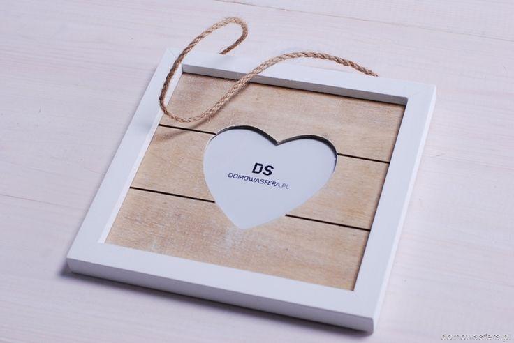 Zadbaj o to, aby najlepsze wspomnienia znalazły miejsce w Twoim domu. Drewniana ramka w kształcie serca będzie odpowiednią oprawą dla wyjątkowych fotografii. Idealny prezent dla rodziców, pary lub ukochanej osoby. Ramkę można powiesić lub postawić.
