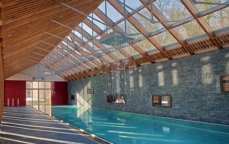 Majestueux couloir de nage en inox installé en intérieur, sous une verrière. Dimensions 5 x 25 m. Réalisation Steel and Style.