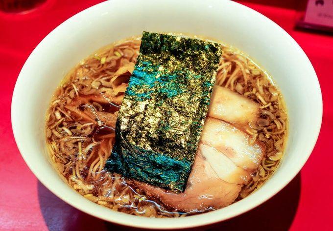 大阪に来たら、まずは食べてほしいのがここ。王道スタイルのあっさり中華そばで、大阪のラーメン界を引っ張って来た名店です。王道の味わいだからこそ、厳選された素材を使って丁寧に作ればこんなにも美味しくなるんだと教えてくれる、お手本のような存在。基本メニューの向上は勿論、時代に合わせて様々なメニューを開発するなど、今なお意欲的な挑戦を続けるこのお店の風格は、まさに王者と呼ぶにふさわしいですね。今福鶴見にも支店があるので、そちらもどうぞ。