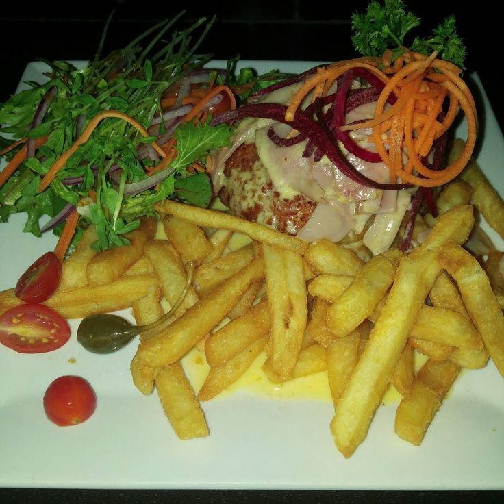 Dinner out at @thevictoriaparkhotel for a birthday dinner for @anticycloptic worth friends - was a good night my chicken #schnitty was tasty with its ham and cheese sauce. #EatTownsville #townsville #townsvillelife #townsvillefood #TsvFood #townsvillefoodies #victoriapark #victoriaparkhotel #pub #birthdaydinner #VicPark #schnitzel