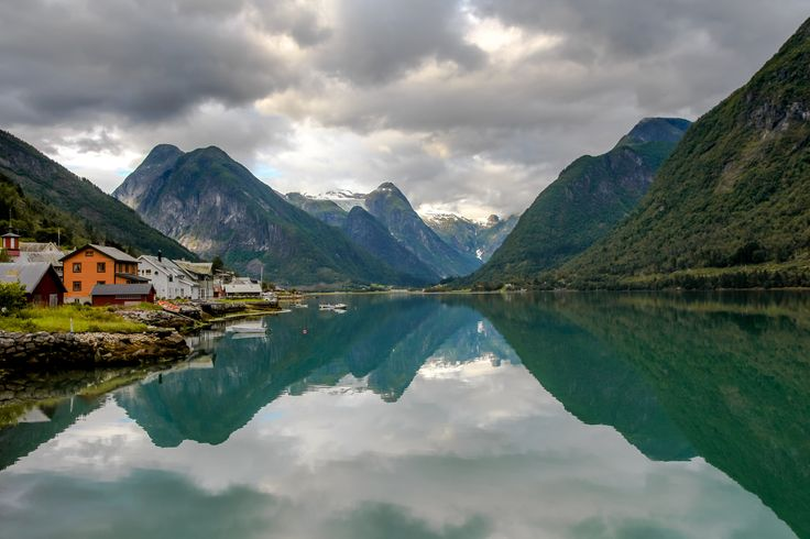 Fjærland mirror view - A new version of a favorite from Fjærland. Less colors and more dynamic.