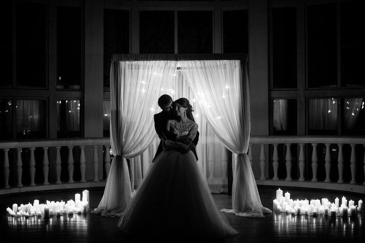 Венчание при свечах. Свадебная фотосессия. Жених и невеста черно-белое фото  Свечи, свадьба, венчание