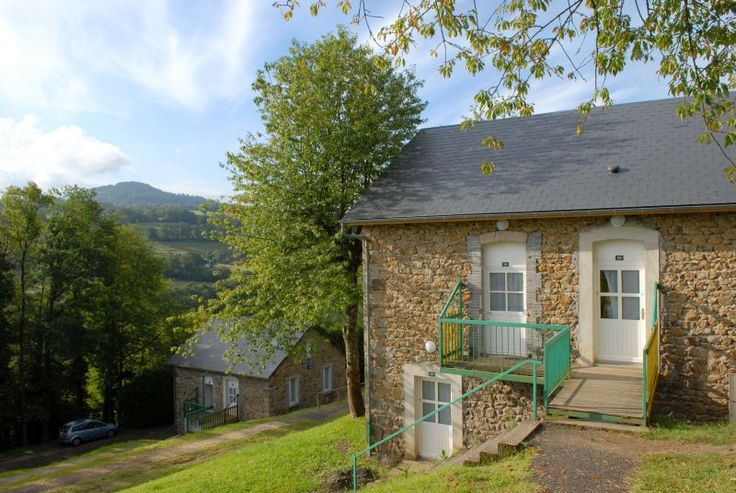 Vakantiehuis in Bassignac (Auvergne-Rhône-Alpes) Op 10 km afstand van de stad Bassignac ligt uw vakantiedorp Cantal op de helling, met 16 houten huizen en 78 appartementen verdeeld over 12 stenen huizen, elke accommodatie is geschikt voor 4 tot 6 pe