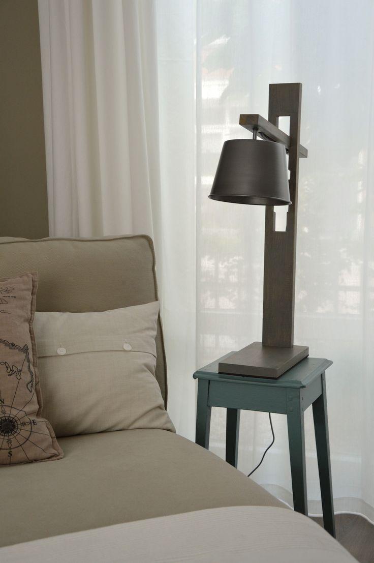 Stoere lamp in modern landelijke stijl. Mooie kleurencombinatie van hout en stijlgrijze lampenkap. Gekocht in de lampenwinkel in Gouda, Eos verlichting