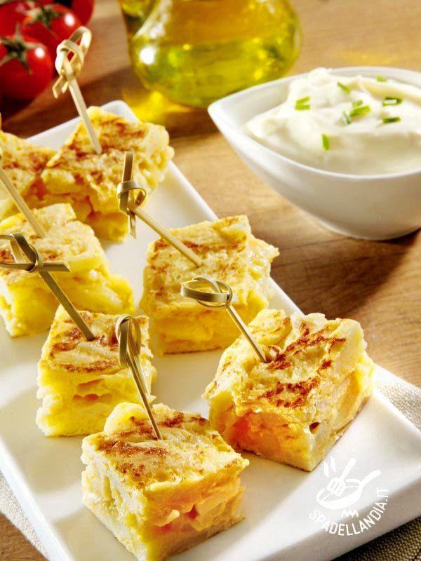 Un classico della cucina povera e saporita: la Frittata con cipolle bianche. Da gustare con un panino o tagliata a cubetti in una versione più sfiziosa. #frittatacipolle