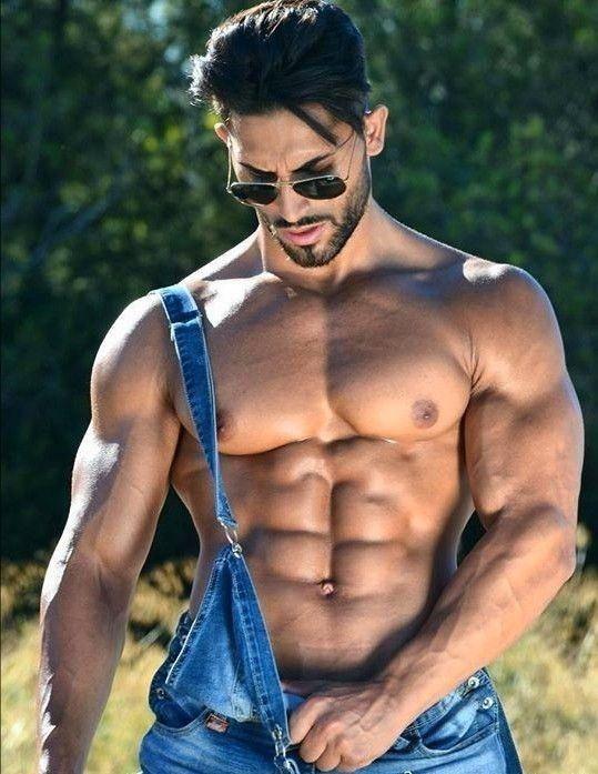 мускулистый парень с двумя витьке своем