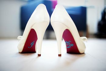 schoenen van de bruid witte pumps met I do