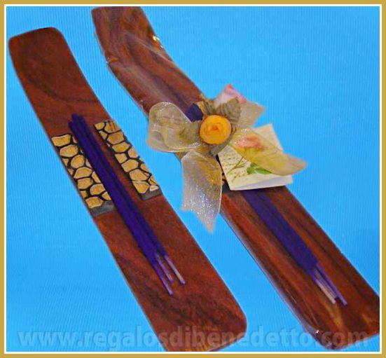Incensarios de madera con grabados surtidos y barritas de incienso. #Detalles #Bodas #Wedding #Details