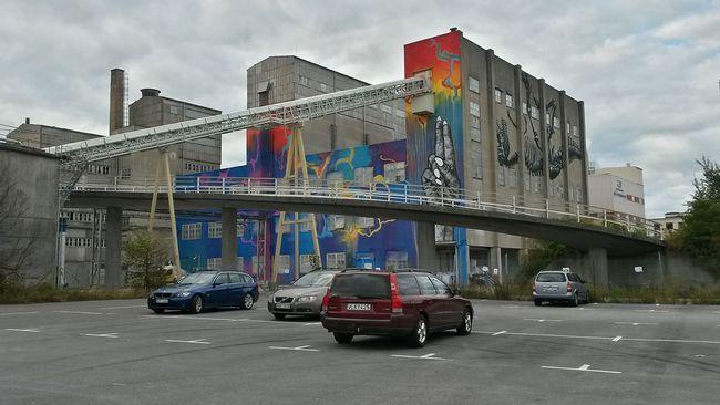 Bromölla fortsätter sin satsning på offentlig konst i kolossalformat. Nu har ännu ett verk sett dagens ljus på ortens största fabriksbyggnad.