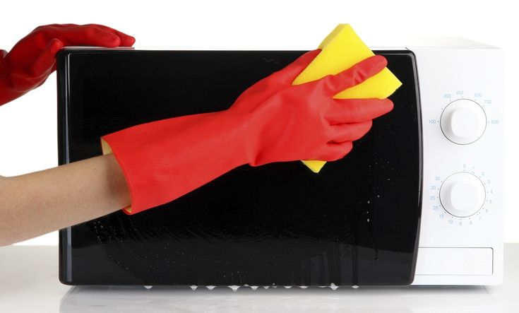 5 errores que cometemos al limpiar el microondas