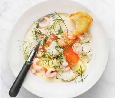 Den här fisksoppan blir en matig fiskrätt med både grönsaker och potatis. Torsken i soppan går utmärkt att variera med andra sorters fisk som t ex sej, kolja eller hoki. En lättlagad soppa så god att den passar både vardag och fest och där räkor och krutonger gör den extra festlig.