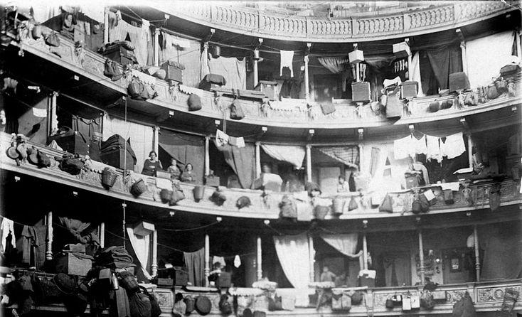 Οικογένειες προσφύγων εγκατεστημένες προσωρινά στο Δημοτικό Θέατρο.