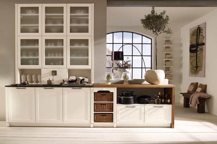 Magnolienweiße Küche: Der leichte Landhausstil mit klassischer Rahmenfront und Innenprofilierungen. Foto: Alno