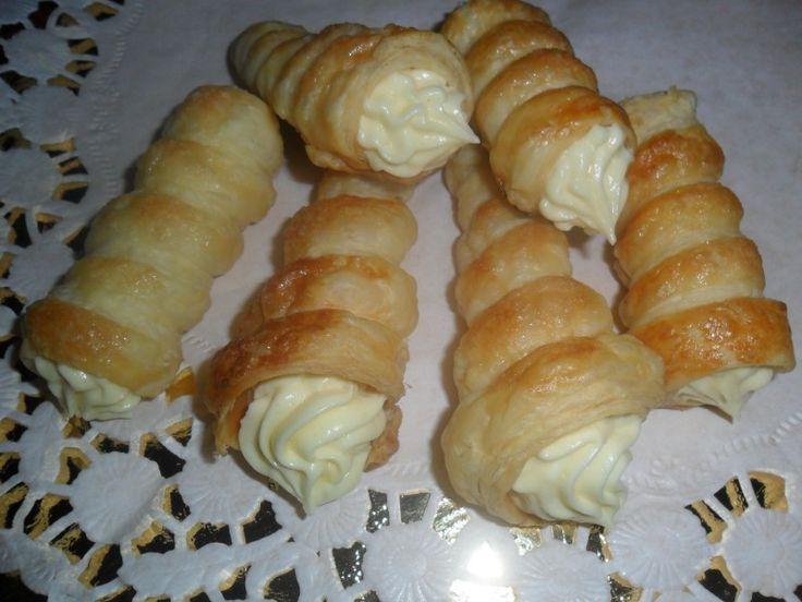 I cannoncini di sfoglia con crema chantilly sono dei dolci classici della pasticceria nostrana, che non possono mai mancare in un vassoio di pasticcini.