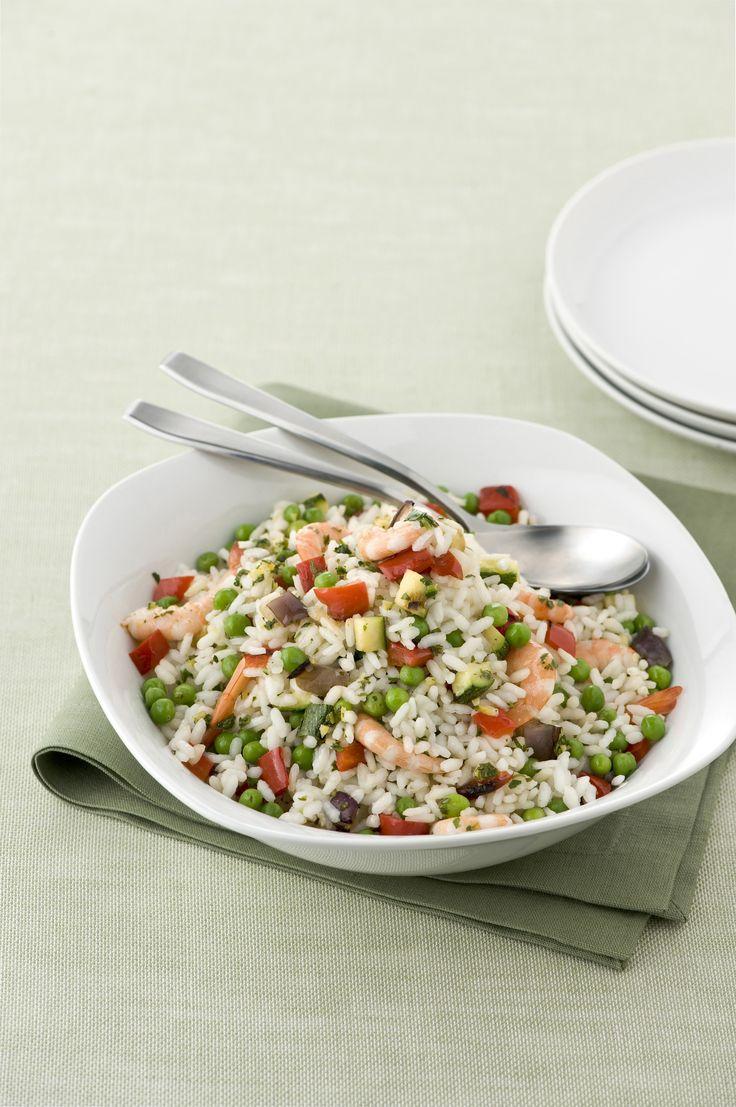 Prova l'insalata di riso con verdure e gamberi! Una ricetta facile da preparare che unisce tutta la bontà degli ortaggi estivi al gusto delicato del pesce.