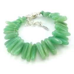 Bransoletka z kamieni zielonego awenturynu o kształcie pałeczek.