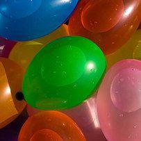 Balón prisionero con globos de agua   27 Juegos al aire libre locamente divertidos que amarás