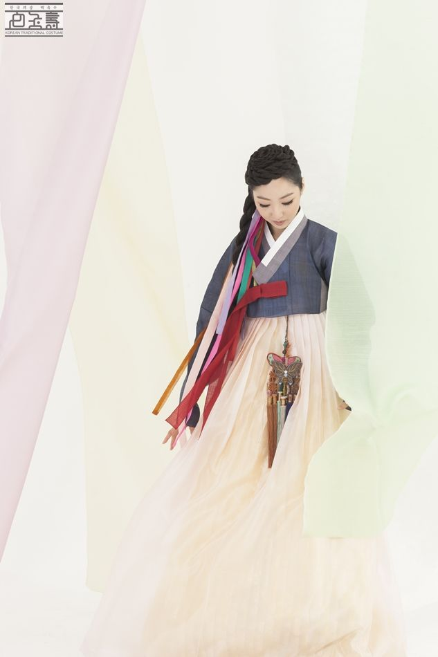 Love everything about this 한복 Hanbok / Traditional Korean dress
