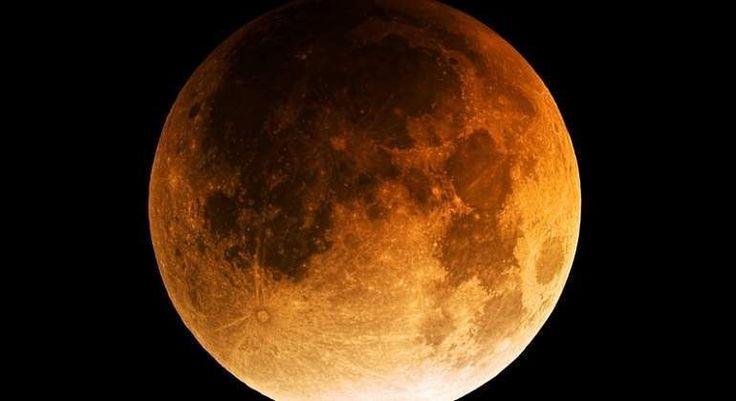 """El segundo eclipse lunar del año podrá verse este lunes en España  EUROPA PRESS  La Luna se verá teñida de un """"marrón rojizo"""" durante dos horas  El segundo eclipse lunar de este año se producirá este lunes 7 de agosto y podrá verse en España a partir de las 21.10 horas -justo cuando salga la Luna y se ponga el Sol-. Con motivo del eclipse la Luna se verá teñida de un """"marrón rojizo"""" durante aproximadamente dos horas hasta las 23.10 y 23.30 horas. . Este """"marrón rojizo"""" creará un """"bonito…"""