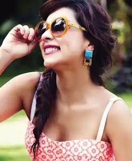 Cleavage show - Amrita Puri -