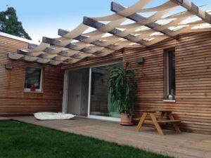 Haus Nefeli  Das eingeschossige unterkellerte Einfamilienhaus mit einer Grundfläche von 180 m² ist eine Mischbauweise aus Porenbetonstein und Holzständerbauweise mit vorgehängter hinterlüfteter Fassade. Es entspricht einem KFW- Niedrigenergiehaus 60 und spart im laufendem Betrieb 40 % Energie gegenüber einer herkömmlichen Bauweise. Das Heizsystem ist eine Luft-Wasser-Wärmepumpe mit unterstützender Solarthermie für eine FB-Heizung u. Warmwasser. Leistung: LPH 1-9 inkl. Innenausbau & Außenanl