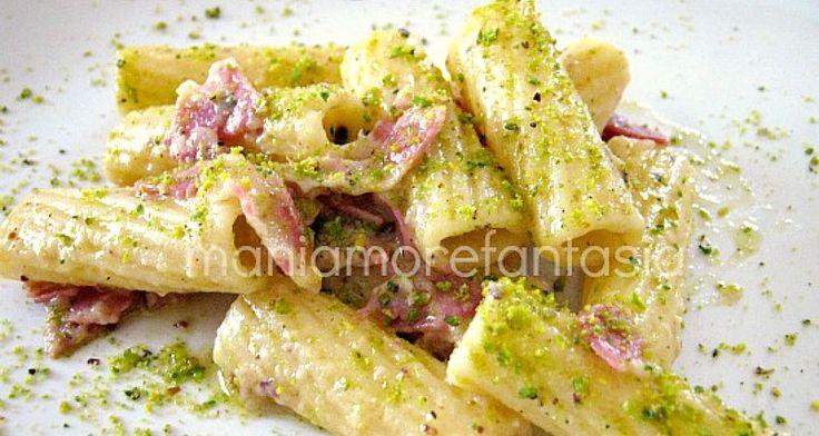 Una ricetta facilissima: la pasta con speck e pesto di pistacchi cremosa ma senza panna