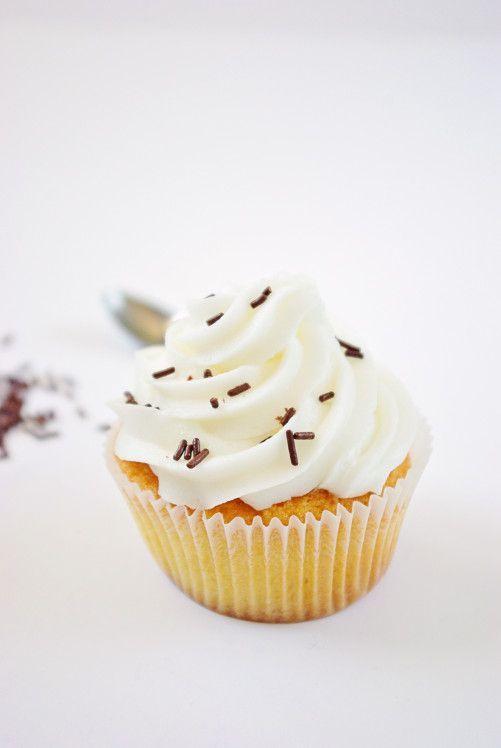 Depuis la publication de mon article sur la réalisation des cupcakes j'ai reçu quelques mails me demandant la recette pour réaliser un glaçage crème au beurre. Je sais que certains d'entre vous trouvent ça écoeurant mais moi j'adore ça ! Et je trouve...