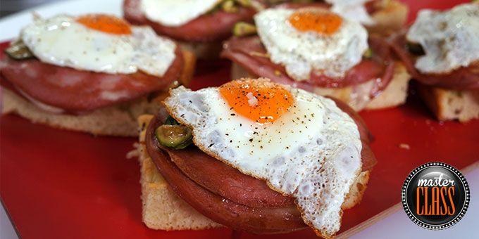 Ανοιχτά σάντουιτς με μορταδέλα, αυγά & σπιτικές πίκλες