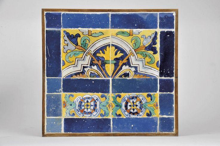 Florão,  painel de dois azulejos e dois meios azulejos policromados. barras de azulejos azuis. Origem português    séc. XVII