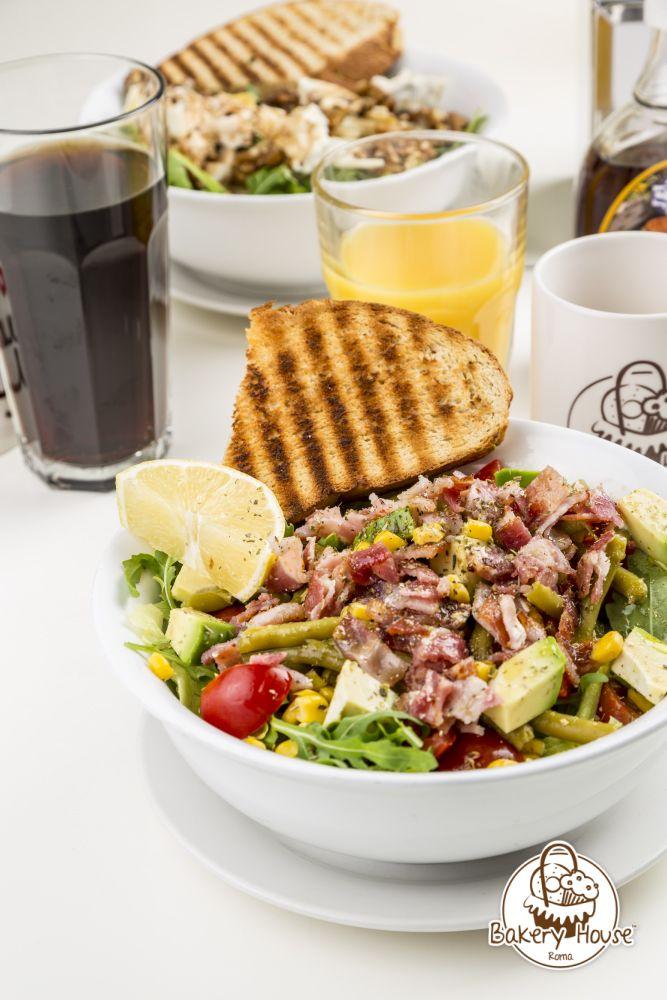 Caesar Salad. Insalata di lattuga freschissima con bacon croccante, pollo grigliato, scaglie di parmigiano e caesar dressing. #salads #bakeryhouse