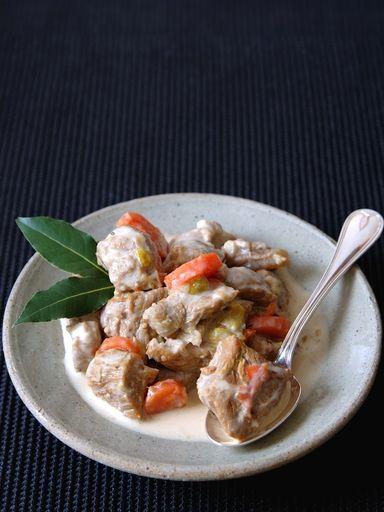 échalote, citron, oeuf, épaule, crême fraîche, champignon de Paris, poireau, farine, bouquet garni, vin blanc sec, oignon, beurre, ail, persil, carotte, céleri