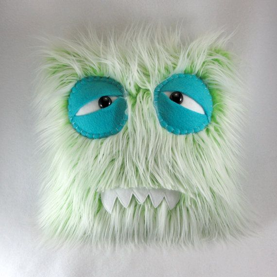 Dies ist definitiv eines der goofiest Monster-Kissen, die wir kennen! Seine bevorzugten, was zu tun ist, dumme Gesichter und Stil Fell machen. Er stoppt am nichts zu lachen, kichern oder Lachen zu machen! AppX. 14 X 14 Der Körper dieses Monster war Maschine genäht mit Liebe, mit der einzigartigsten und verrückte Kunstpelze, die die Welt zu bieten hat. Die Sicherheit-Augen sind das weiße der Augen befestigt die Maschine genäht an den Körper des Monsters mit den Lidern wird von Hand genäh...