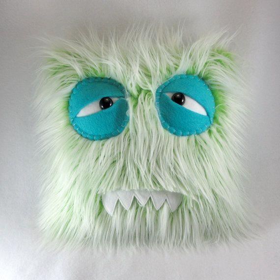 Dies ist definitiv eines der goofiest Monster-Kissen, die wir kennen! Seine bevorzugten, was zu tun ist, dumme Gesichter und Stil Fell machen. Er stoppt am nichts zu lachen, kichern oder Lachen zu machen!    AppX. 14 X 14    Der Körper dieses Monster war Maschine genäht mit Liebe, mit der einzigartigsten und verrückte Kunstpelze, die die Welt zu bieten hat. Die Sicherheit-Augen sind das weiße der Augen befestigt die Maschine genäht an den Körper des Monsters mit den Lidern wird von Hand…