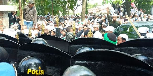 Menegangkan ! Habib Rizieq diperiksa Polda Jabar dikepung FPI dan GMBI  Nusantarasatu.net - Pemeriksaan terhadap Ketua Front Pembela Islam (FPI) Habib Rizieq Shihab diwarnai aksi unjuk rasa dua kubu massa yang bertentangan. Massa duduk di depan Mapolda Jabar Jalan Soekarno - Hatta (Bypass) dengan pola pengamanan cukup ketat. Habib Rizieq tiba di Mapolda Jabar Kota Bandung Kamis (12/1) pukul 09.20 WIB. Rizieq tiba dengan menggunakan Mitsubishi Pajero Sport putih nopol B 1 FPI. Rizieq…