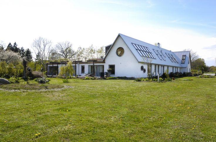 Современный особняк в Швеции площадью 450 кв. м / Неподалеку от шведского города Истад расположился современный особняк площадью 450 кв. м. Он был построен в 2009 году архитектором Абелардо Гонсалесом. На двух этажах уместились 9 спален, 4 ванные комнаты, кухня, столовая и большая гостиная комната с камином. Дом рассчитан на большое семейство.