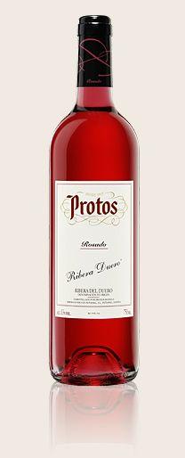 Protos  Rosado    Este vino va a hacerte cambiar la apreciación que tenías de los rosados. Y es que su maceración en frío durante 16 horas extrae todos sus aromas.    Elaborado con uva 100% Tinta del País (Tempranillo).