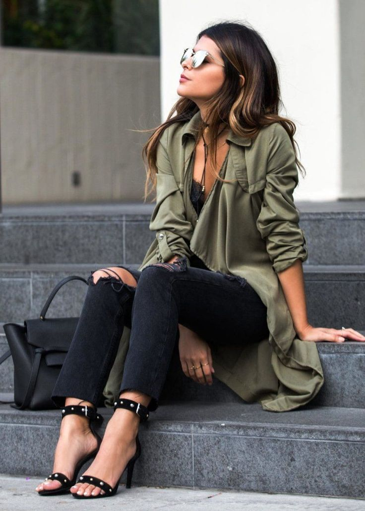 #thanksgiving #outfits Army Trench // Destroyed Jeans // Black Sandals // Black Tote Bag