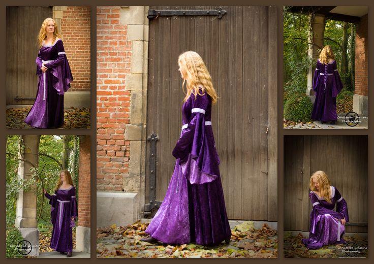 Middeleeuwse jurk met extra detail aan de mouwen. De ondermouwen die uitlopen op een punt worden op hun plaats gehouden door een lusje dat rond de middelvinger past. Sierband en rijgsluiting in de rug zijn met de hand opgenaaid. Foto's genomen door www.facebook.com/ChristopheJanssensPhotography