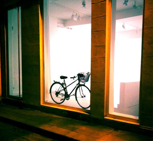 un v lo pr tentieux que dites vous d un v lo un peu pr tentieux qui s expose dans une galerie. Black Bedroom Furniture Sets. Home Design Ideas