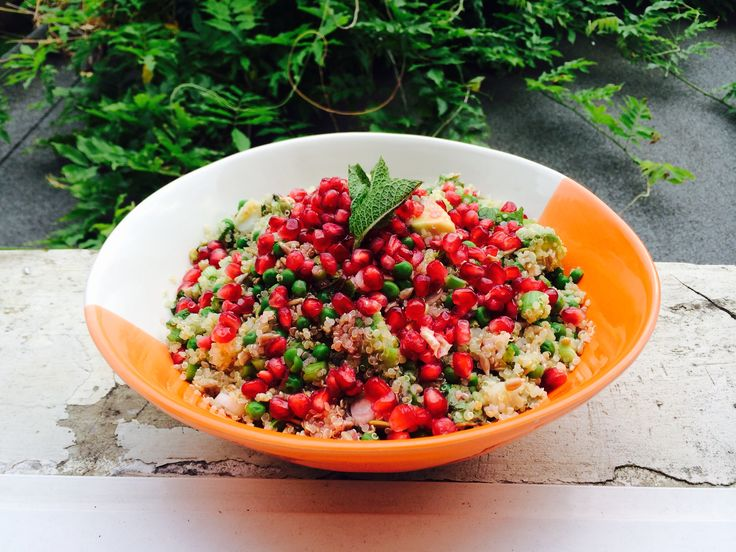 Green quinoa with pomegranate, so delicious and healthy! www.theparttimevegan.me