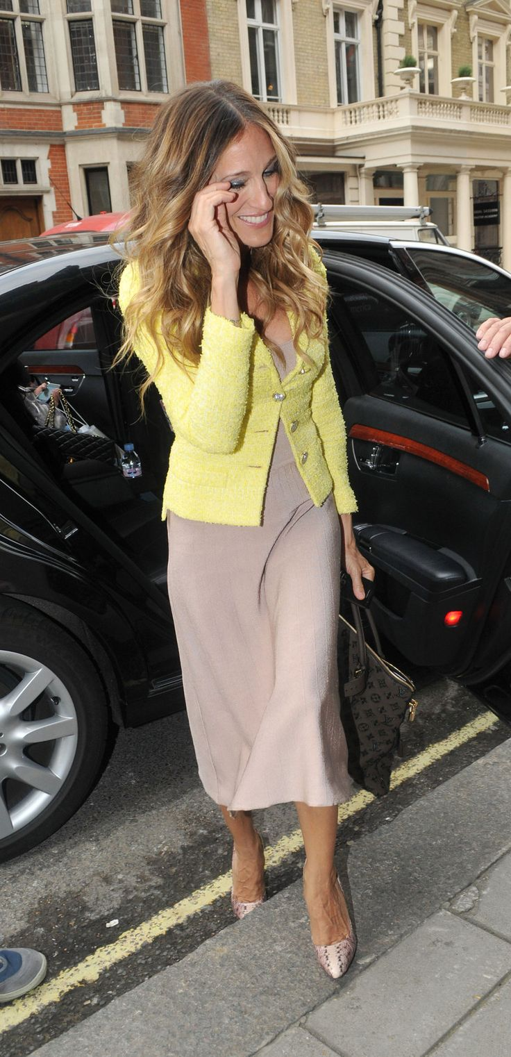 Black dress yellow heels - Sarah Jessica Parker In Nude Dress With Neon Yellow Cardigan